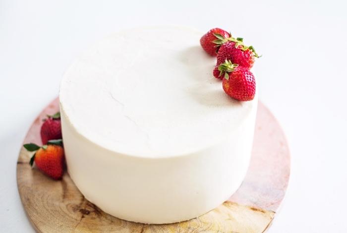 comment décorer un gâteau d'anniversaire avec fondant blanc et fraises, idée recette gateau sans oeuf facile