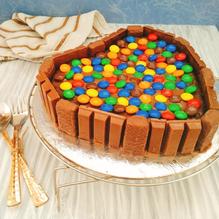 idée gâteau pour la Saint Valentin à faire soi-même, patisserie sans oeuf, modèle de gâteau en forme de coeur avec kit kat et smarties