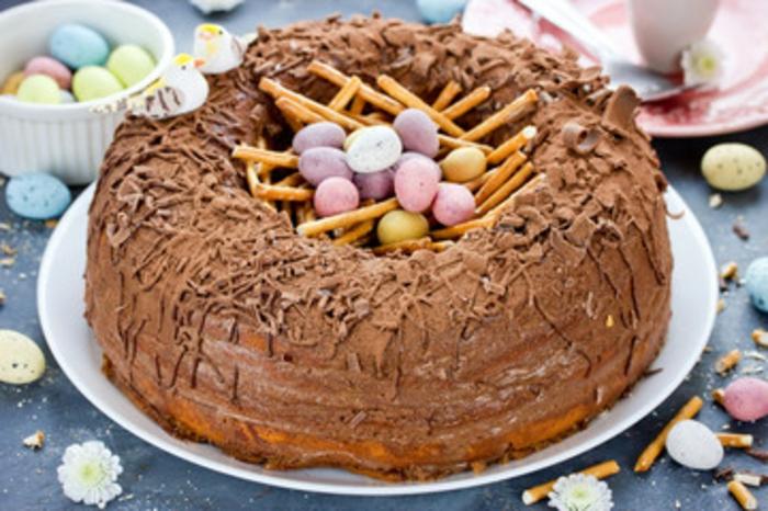 gateau pour paques, exemple de gateau nid de paques au chocolat et oeufs sucrés multicolores, menu pascal