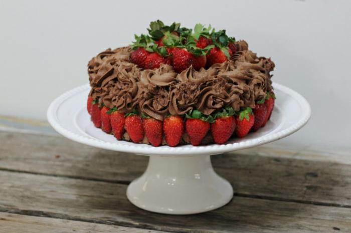 gateau sans oeuf, dessert au cacao avec pluisieurs fraises et mis dans une assiette à tarte