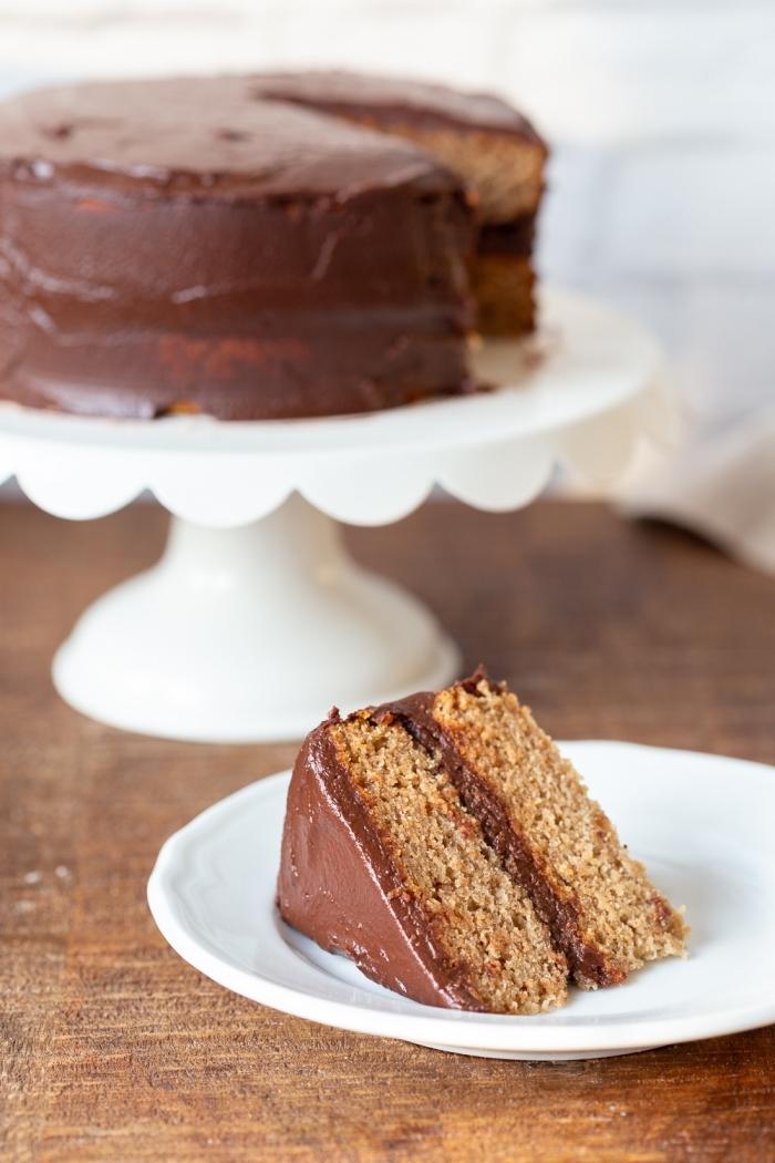 idée recette gateau chocolat sans oeuf, faire un gâteau d'anniversaire moelleux au chocolat, exemple gâteau à glaçage chocolat noir
