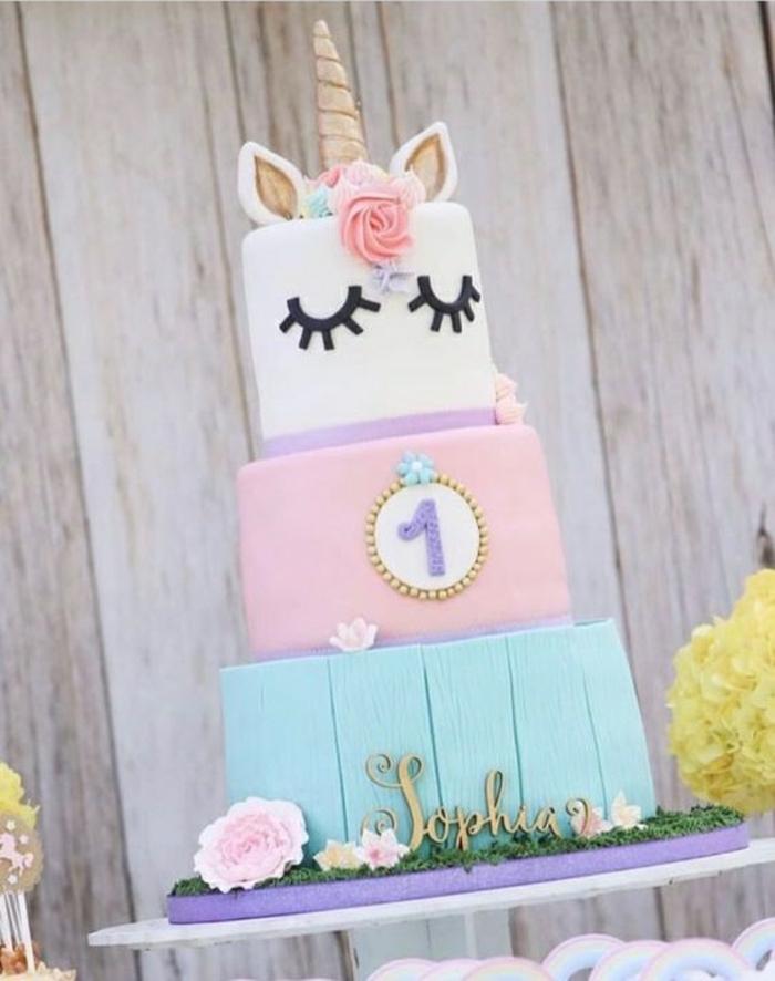 gateau d anniversaire j'aime les licornes gâteau d anniversaire en trois étages