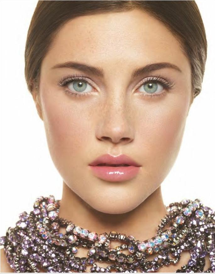 look romantique et féminin, maquillage léger aux yeux, un coup léger de mascara