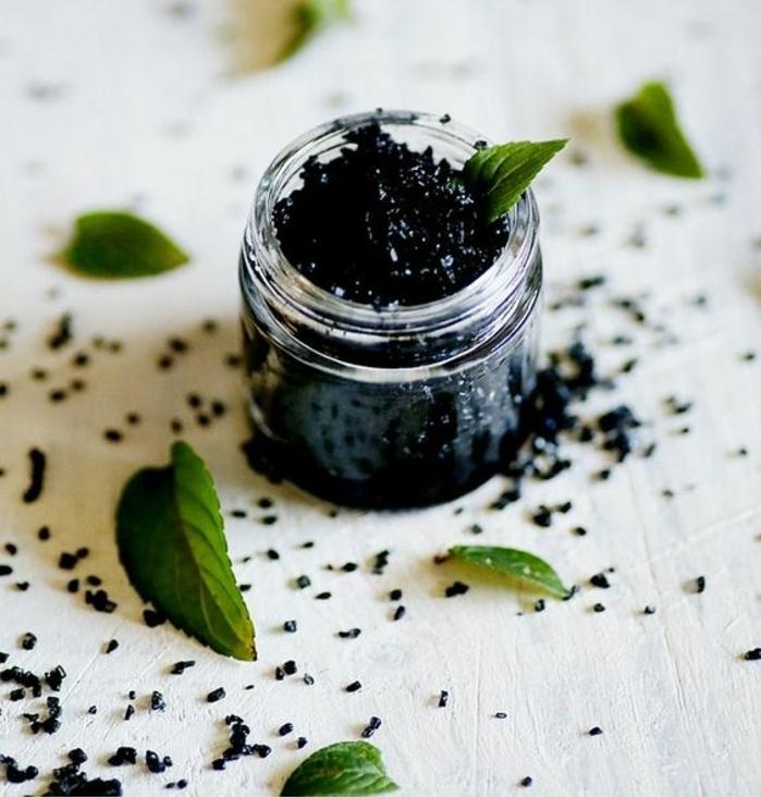 gommage naturel pour les pieds à effet rafraîchissant et purifiant, gommage au sel noir