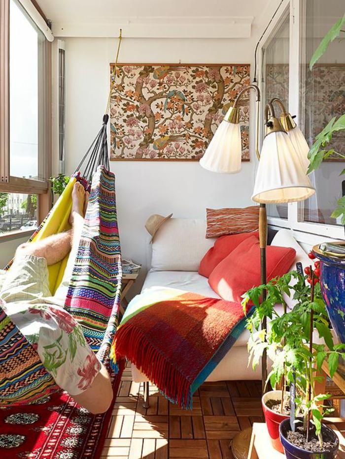 hamac suspendu, balcon aménagé style boho chic très coloré