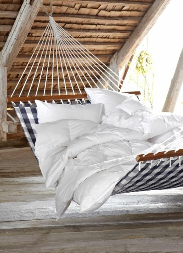 hamac suspendu, chambre attique et un lit balançoire