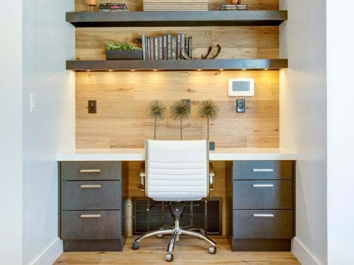 homestaging, comment optimiser l'espace limité, créer un coin de travail dans le couloir, partie de mur en bois