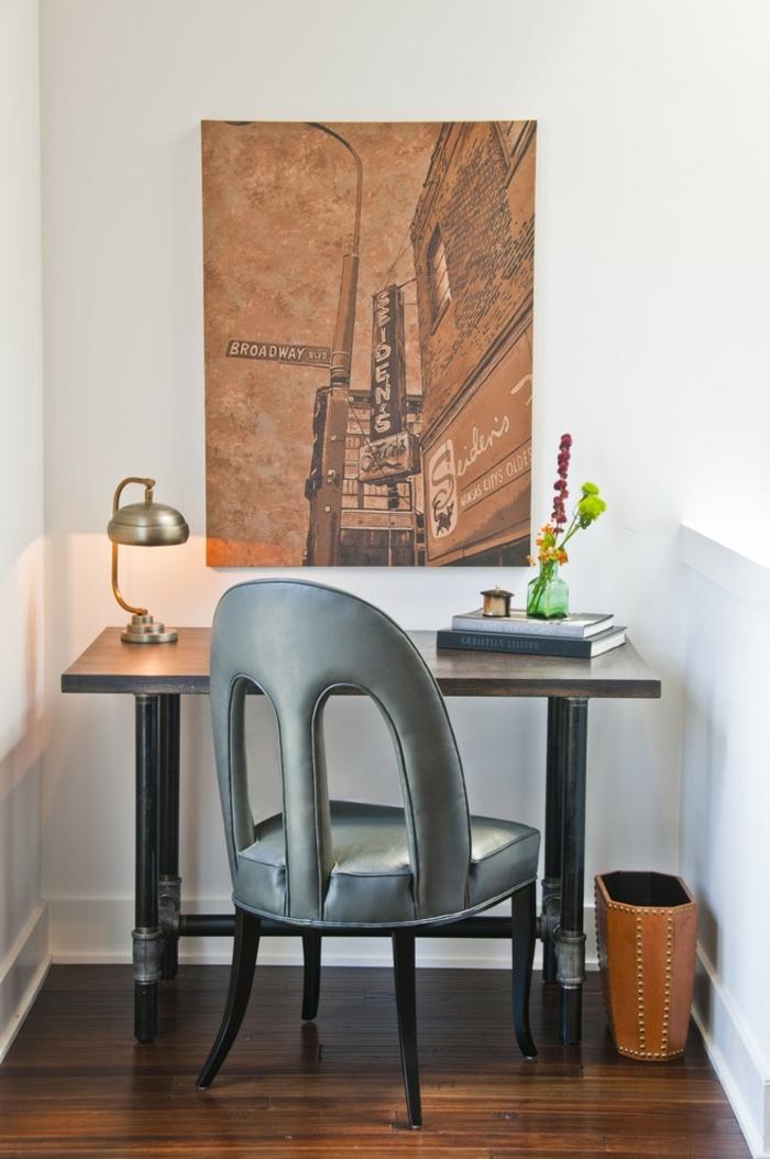 home staging conseils, chaise grise, peinture murale, parquet stratifié, murs blancs, lampe de bureau
