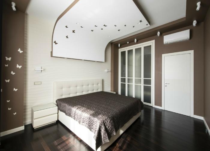formation home staging, tête de lit blanche, parquet stratifié en bois foncé, garde robe intégrée