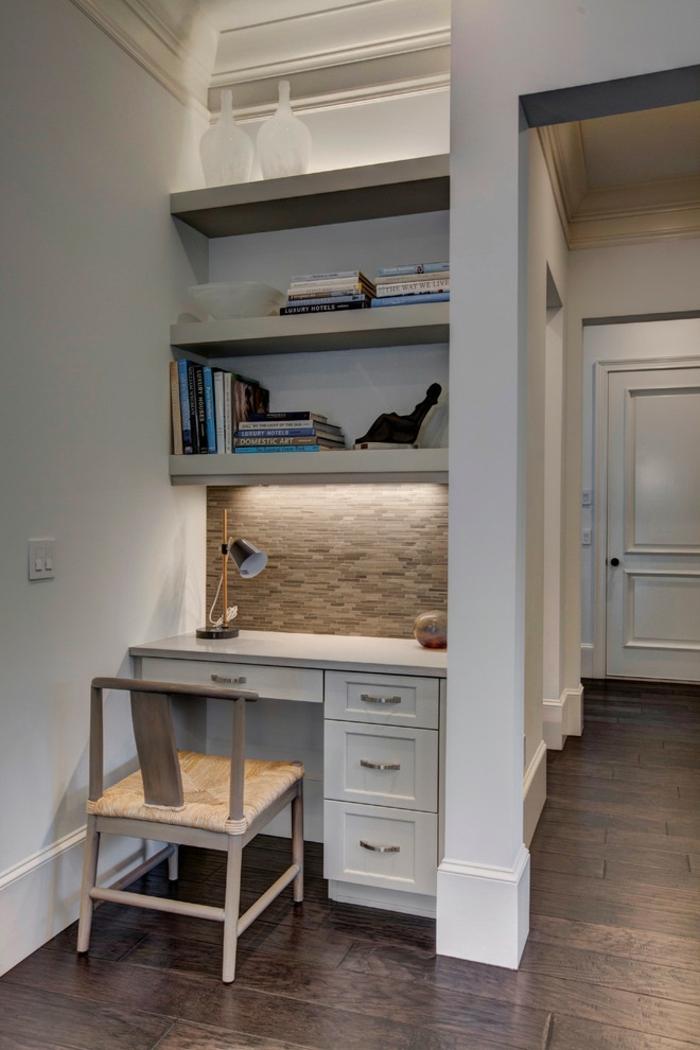idée home staging, créer un bureau à domicile dans le couloir, éclairage LED, chaise en bois