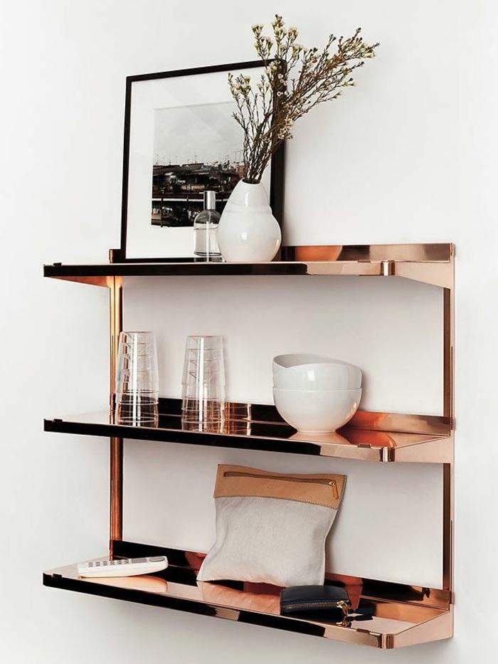 formation home staging, décoration du salon, étagère murale en imitation cuivre, cadre photo noir