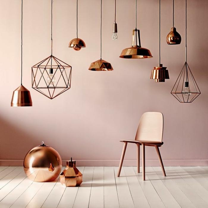 idée home staging, murs en rose pastel, lampes en cuivre, chaise peinte en nuance cuivre, parquet en bois blanc