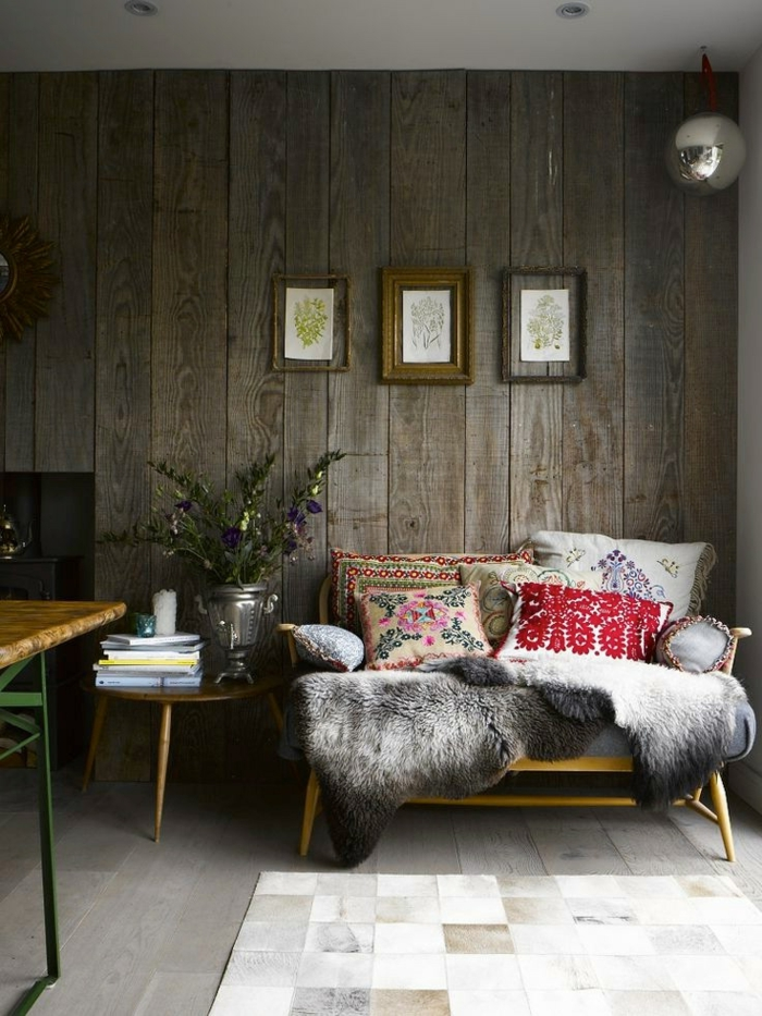formation home staging, murs en bois foncé, petite table ronde, tapis en imitation carrelage