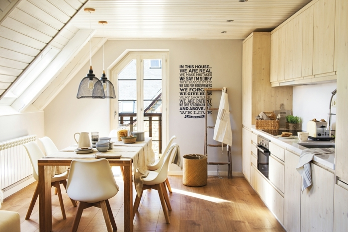 home staging, plafond mansardé en bois peint en blanc, lampes suspendue noire, sticker murale à citation inspirante