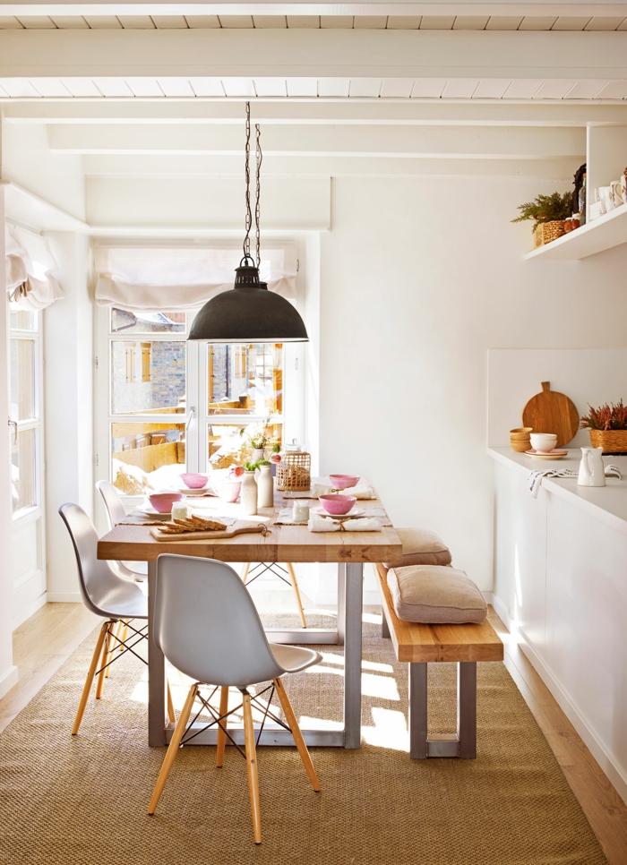 formation home staging, tapis beige moelleux, plafond avec poutres en bois, murs blancs, table de salle à manger en bois