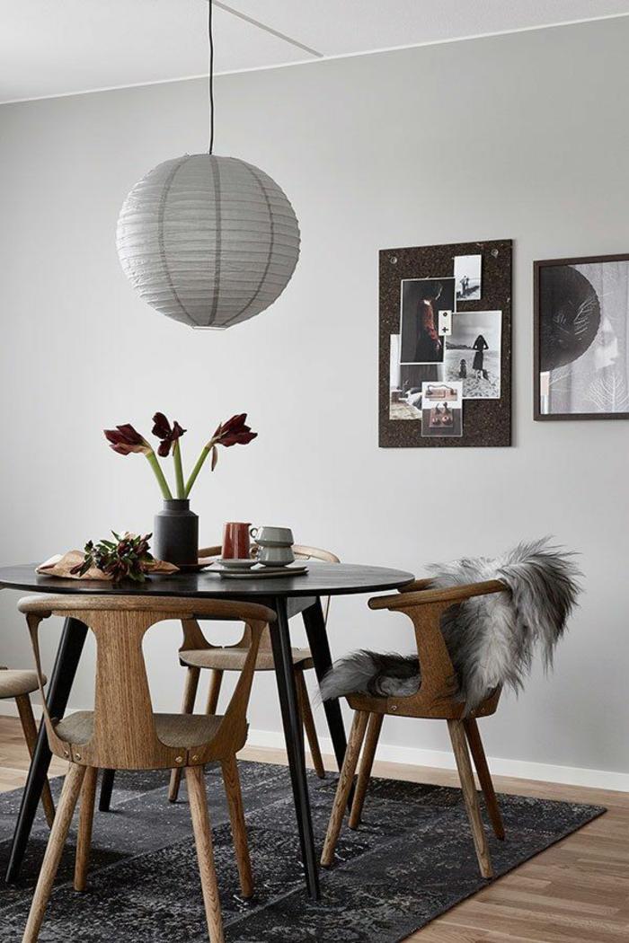 idée home staging, table ronde en noir, housse chaise en faux fur, vase noire, murs en ivoire
