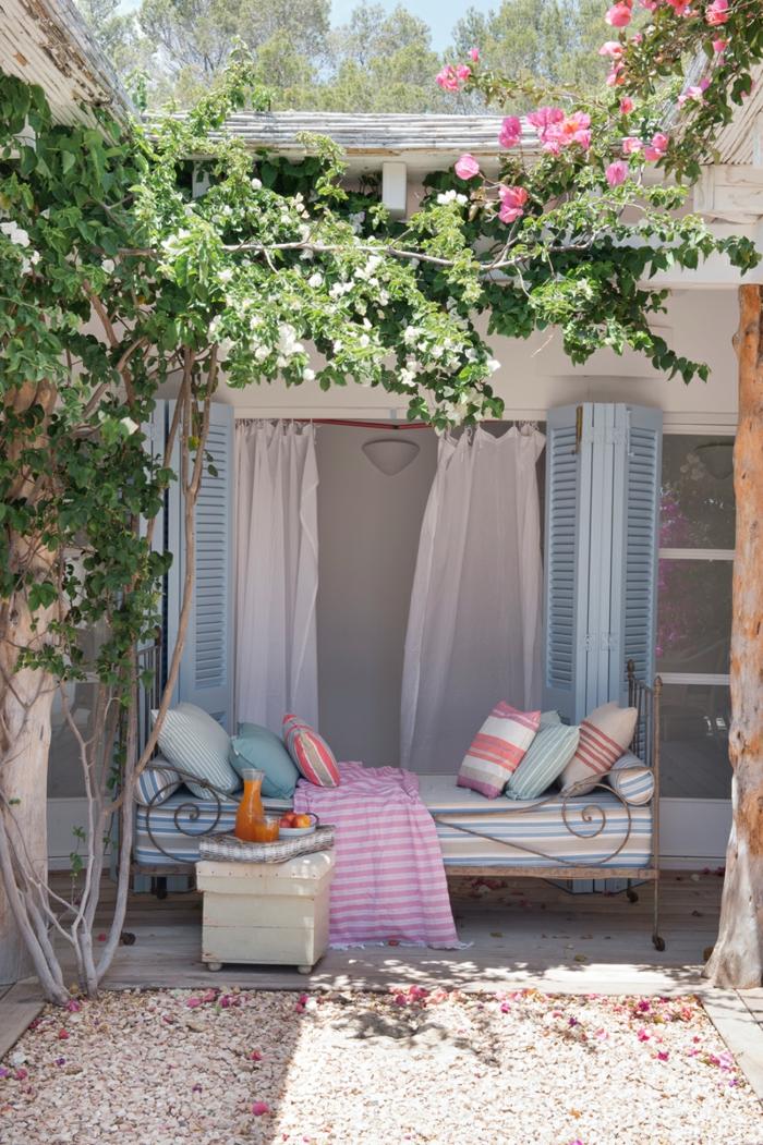 idée home staging pour l'espace extérieur, plantes grimpantes, volets en bleu clair, coussins décoratifs