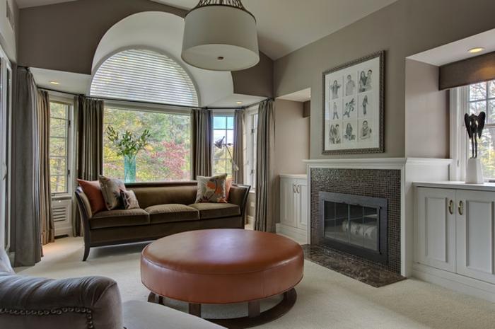 homestaging du salon, grandes fenêtres, murs en taupe poudré, éclairage LED, peinture au-dessus de la cheminée