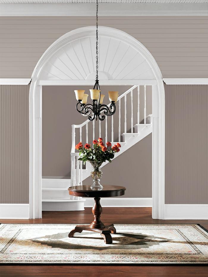 home staging, lustre noire, table ronde sur trépied, murs en taupe poudré, arc en bois peint en blanc
