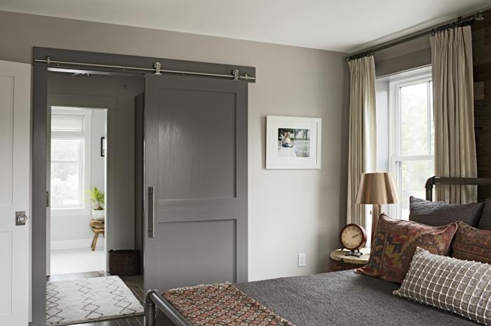 home staging, murs de la chambre à coucher en gris pâle, plafond blanc, rideaux longs beiges