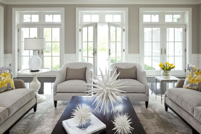 home staging conseils, tapis en blanc et gris, décoration blanche en papier, coussins à motifs floraux
