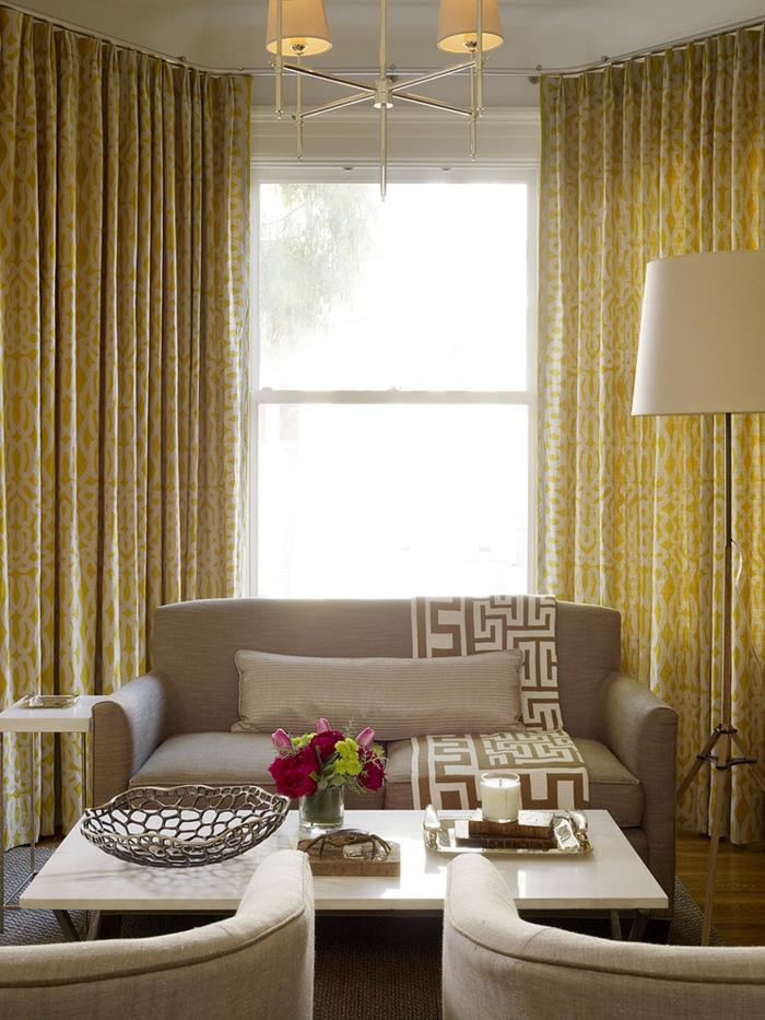 formation home staging, abat jour en beige et jaune, canapé en taupe poudré, rideaux longs en jaune, lampe blanche