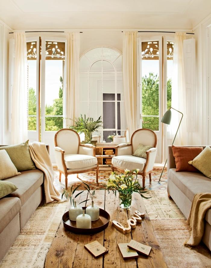 home staging, murs blancs, rideaux beige pastel, table basse en bois, fauteuil vintage en cuir blanc et pieds en bois