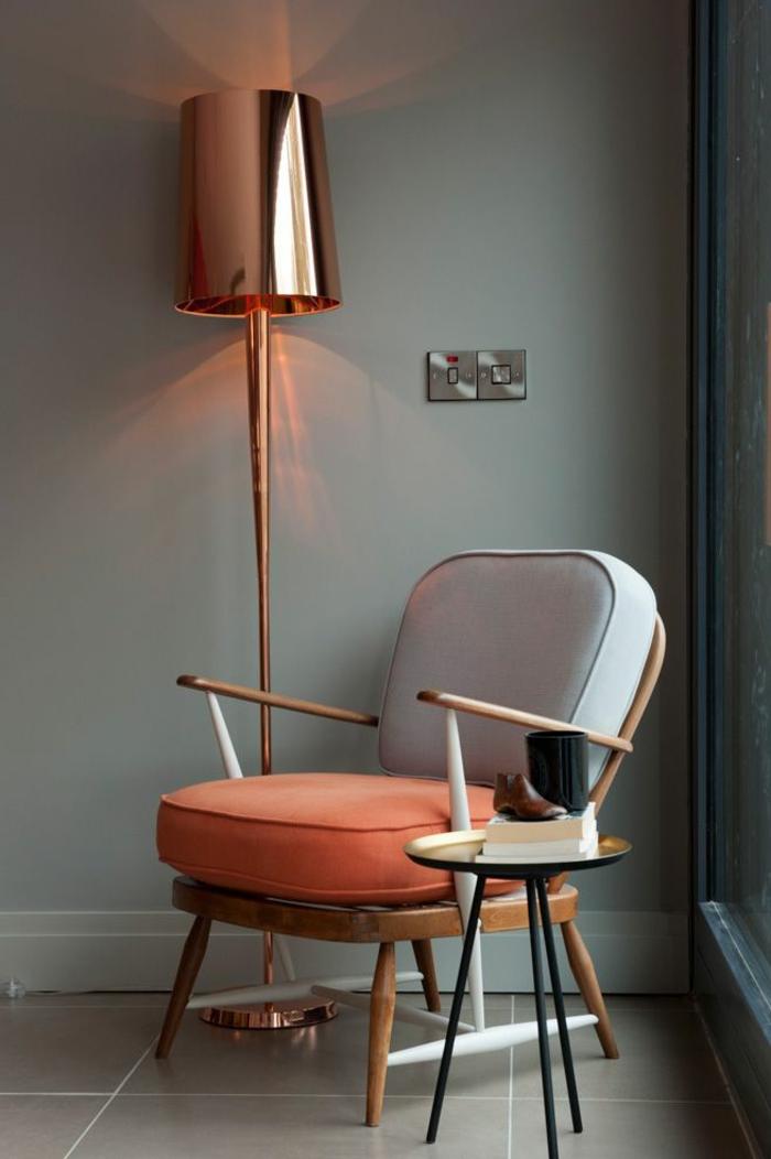 idée home staging, modernisation du salon, fauteuil en gris et orange, lampe en imitation cuivre