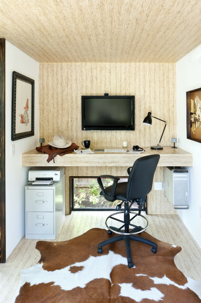 home staging expert, tapis faux fur, murs en imitation bois, chaise de bureau, ordinateur