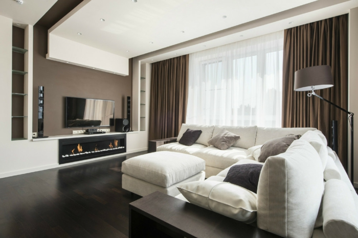 idée home staging, rénovation du salon, parquet stratifié noir, plafond suspendu avec éclairage LED