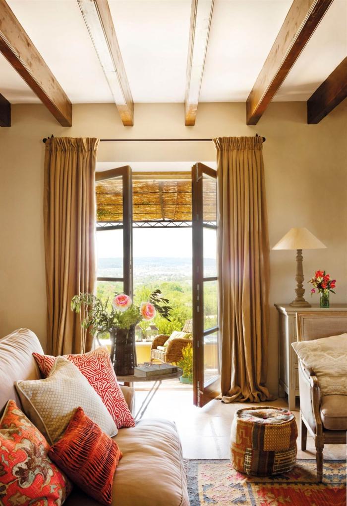 home staging conseils, plafond blanc avec poutres en bois, lampe blanche vintage, tabouret à motifs ethniques