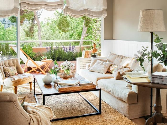 home staging, tapis beige moelleux, vue sur le jardin, lampe beige, murs en gris pâle, fleurs vertes