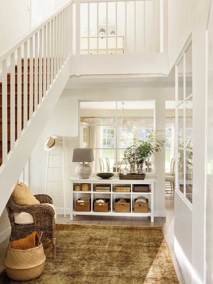 idée home staging, échelle décorative en bois, lampe en gris, fauteuil en rotin, entrée ouverte en blanche