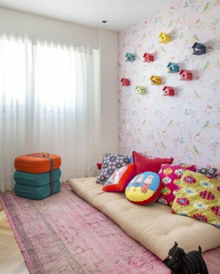 idée comment aménager une chambre enfant selon la pédagogie montessori, tapis rouge usé, matelas à même le sol, coussins multicolores, papier peint, motifs floraux, mangeoire dec murale