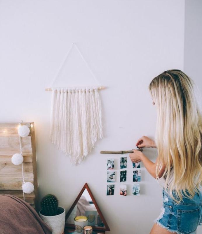 mur couleur blanche, tête de lit en palette, guirlande de pompons, attrape reve macramé blanc, photos suspendues, bois flotté, guirlande lumienuse, idée diy déco chambre