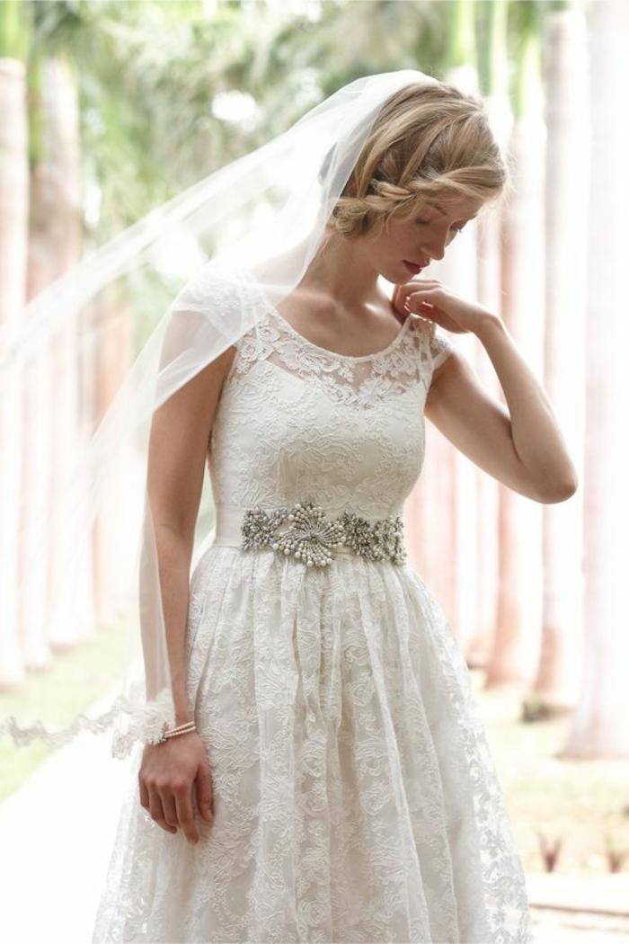 comment porter un voile nuptial de façon élégante, robe de mariée en dentelle avec jolie ceinture argentée