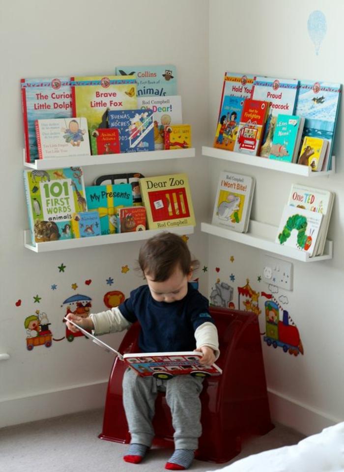 comment aménager un coin lecture dans une chambre montessori, etageres livres enfant, chaise, deco stickers muraux, mur couleur blanche