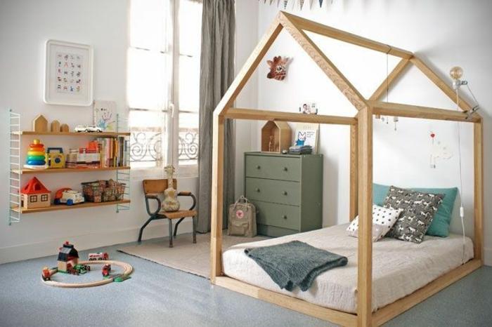 idée comment aménager une chambre montessori, tapis gris, lit maisonnette enfant, mur couleur blanche, etageres jouets, commode verte, chaise en bois et métal