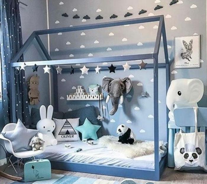 méthode montessori chambre bébé en gris, deco nuages, lit maisonnette gris, matelas blanc, jouets, chaise à bascule scandinave, jouet panda, éléphants, lapin, coussins