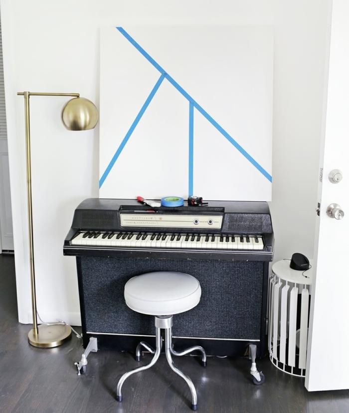 idée comment décorer sa chambre, une toile décorative abstraite, des bandes de ruban cache pour créer une peinture intéressante,