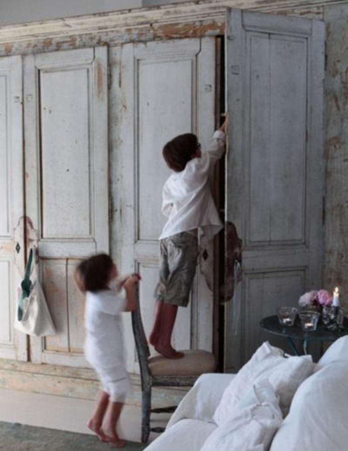 une maison style provencal, armoire vintage aspect défraichi, comment patiner un meuble, canapé blanc, chambre rustique