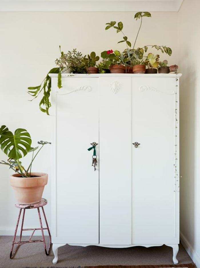 repeindre un meuble, armoire en blanc, plantes décoratives, tapis gris, tabouret rouillé, idée armoire style scandinave