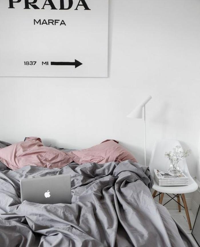 peinture chambre adulte blanche, parure de lit grise et coussins rose, chaise scandinave, poster, idée déco chambre