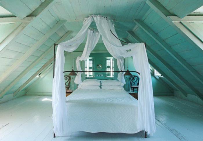 idée déco chambre, amenagement combles, parquet en bois blanc, lit en métal, baldaquin, rideaux blancs, linge de lit blanc, couleur mur éclat vert