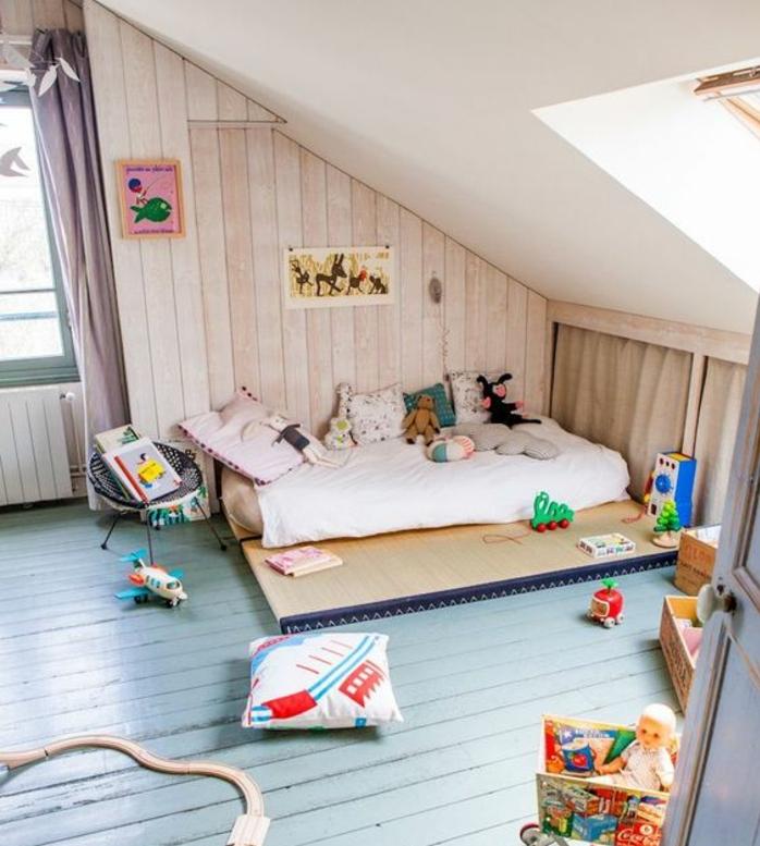 méthode montessori aménagement chambre bébé, parquet vert clair usé, matelas, coussins, jouets, lambris, plafond blanc