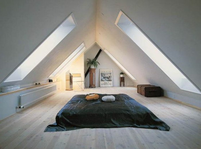 mur couleur blanc, matelas à m6eme le plancher, parquet clair, couverture de lit noire, coussins, grandes fenetres de toit, affiche déco murale