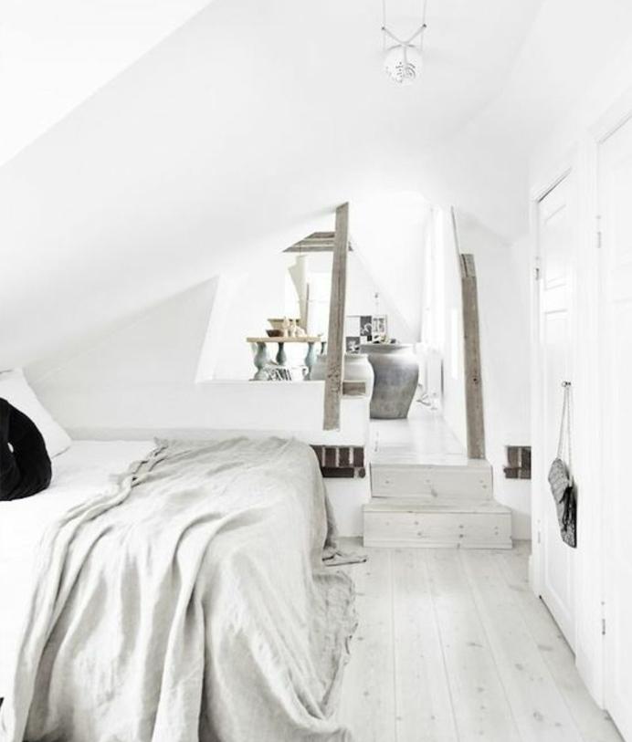 idée déco chambre en blanc, amenagement combles, quelques touches de gris, linge de lit blanc, parquet blanc et gris, piece mansardée