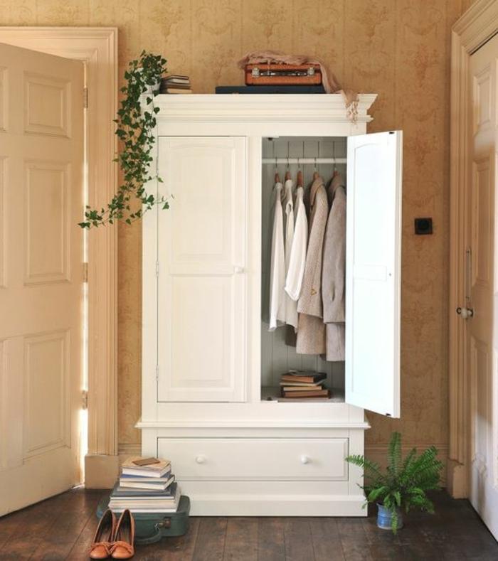 relooker un meuble, armoire repeinte en blanc, parquet en bois, papier peint usé, plantes, penderie, livres, chambre rustique chic