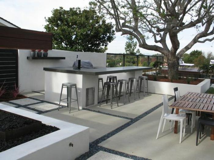 terrasse moderne et spacieuse équipée d'un bar élégant et et d'une cuisine d'été