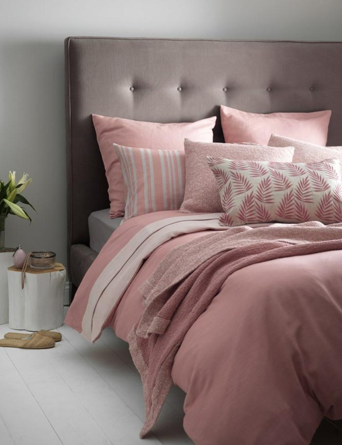 lit gris, parure de lit rose, coussins, oreillers rose, parquet blanc, buche de bois en guise de tables de nuit, mur gris, peinture chambre adulte